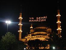 Die Sultan-Ahmed-Moschee in İstanbul mit der traditionellen Ramadan-Beleuchtung - Foto: Cem Topçu