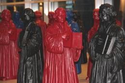 Die umstrittenen Wittenberger Lutherfiguren zum Kongress. Foto: Thomas Schneider