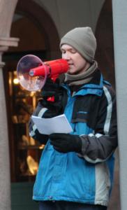 Der Student Benjamin Remtisch informiert die Zuschauer zur weltweiten Christenverfolgung. Foto: Thomas Schneider/agwelt.de