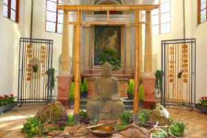 Buddha vor Altar, Foto: buga-2015-havelregion.de/Juergen Ohlwein