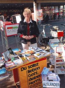 Ingrid Konrad mit ihrem Büchertisch in Berlin Charlottenburg. Foto: privat